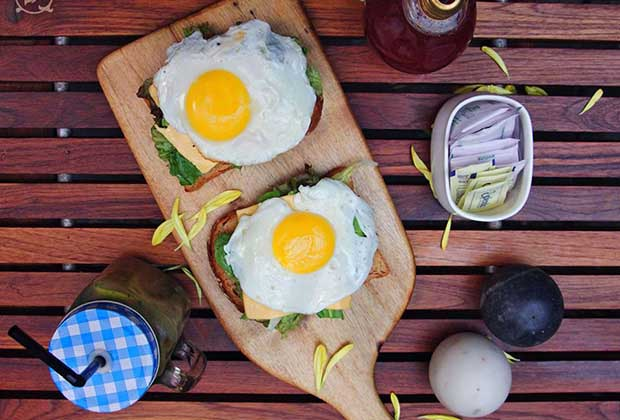 Our Favourite Breakfast Places In Mumbai For Eggs & Waffles
